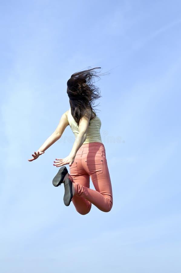 Ideia traseira do pulo alegre fotografia de stock royalty free