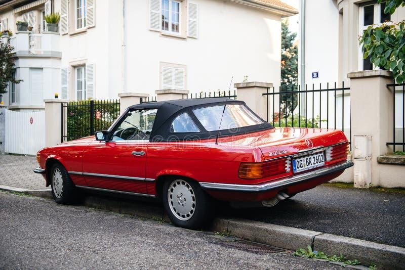 Ideia traseira do vintage luxuoso Mercedes convertível vermelho fotos de stock