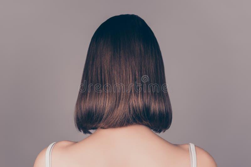 Ideia traseira do wonam bonito novo com iso simétrico curto do cabelo fotografia de stock royalty free