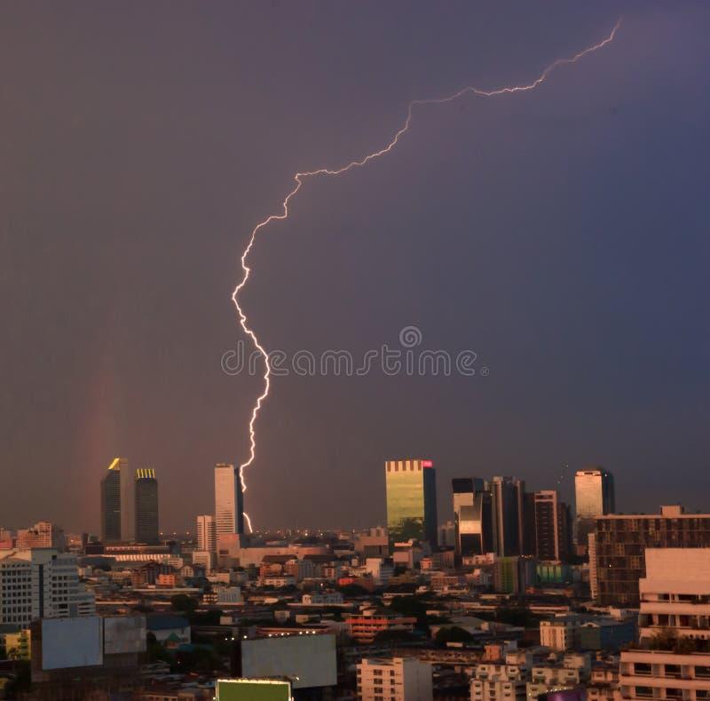 Ideia urbana de fenômenos naturais, relâmpago e arco-íris sobre o distrito financeiro central do ` s da cidade, Banguecoque, capi fotografia de stock