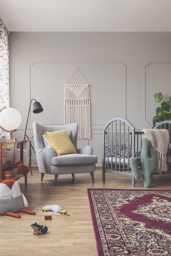 Ideia vertical da sala meados de do bebê do século com fundamento modelado foto de stock