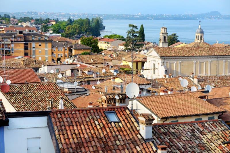 Ideias aéreas bonitas de Desenzano del Garda, de uma cidade e do comune na província de Bríxia, em Lombardy, Itália imagens de stock royalty free