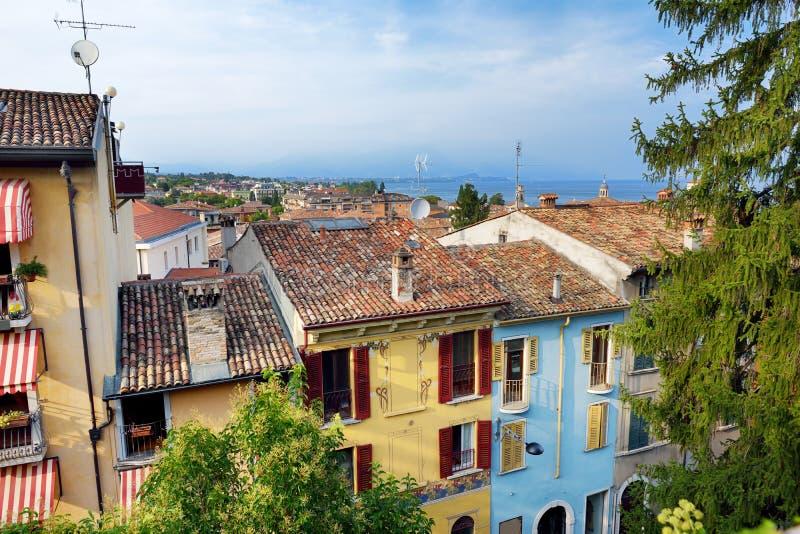 Ideias aéreas bonitas de Desenzano del Garda, de uma cidade e do comune na província de Bríxia, em Lombardy, Itália foto de stock
