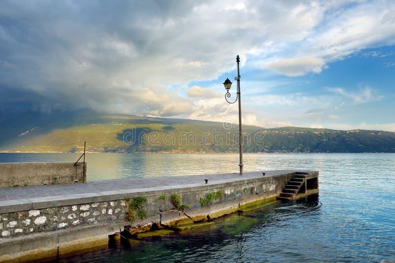 Ideias bonitas de Gargnano, de uma cidade pequena e do comune na província de Bríxia, em Lombardy fotos de stock