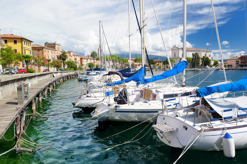 Ideias bonitas de Toscolano-Maderno, de uma cidade e do comune na costa oeste do lago Garda foto de stock royalty free