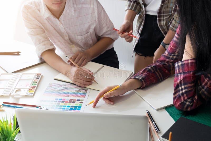 Ideias da faculdade criadora da equipe de projeto gráfico no local de trabalho moderno do escritório fotografia de stock