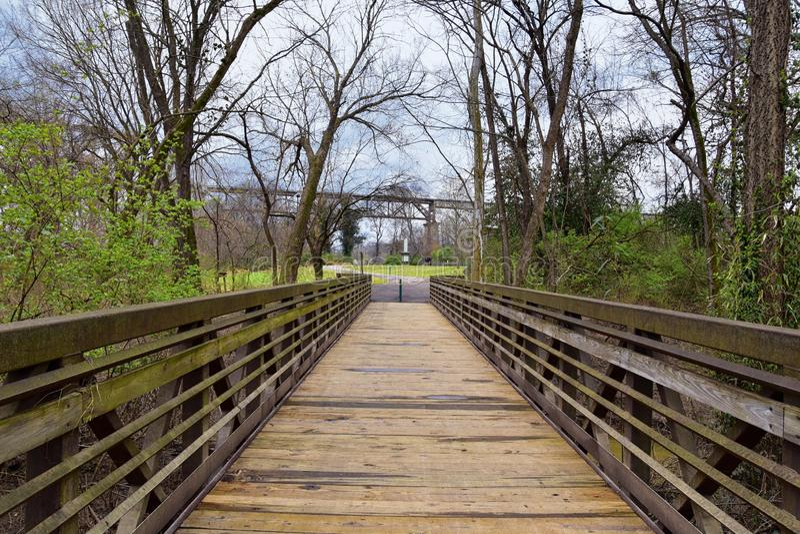 Ideias das pontes e dos caminhos ao longo de Shelby Bottoms Greenway e das fugas naturais da fachada de Cumberland River da área, imagem de stock royalty free