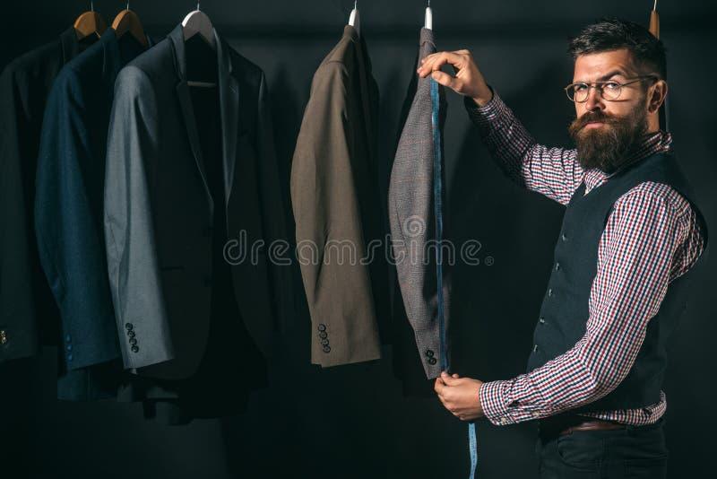 Ideias de giro na roupa Código de vestimenta do negócio handmade oficina de costura retro e moderna costurando a mecanização imagens de stock royalty free