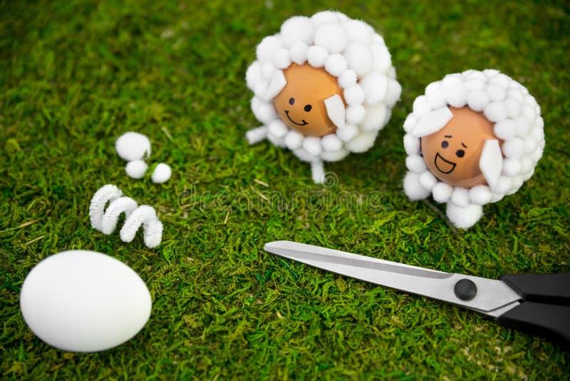 Ideias do artesanato da Páscoa com ovos e bolas de algodão, diy e auto fotos de stock