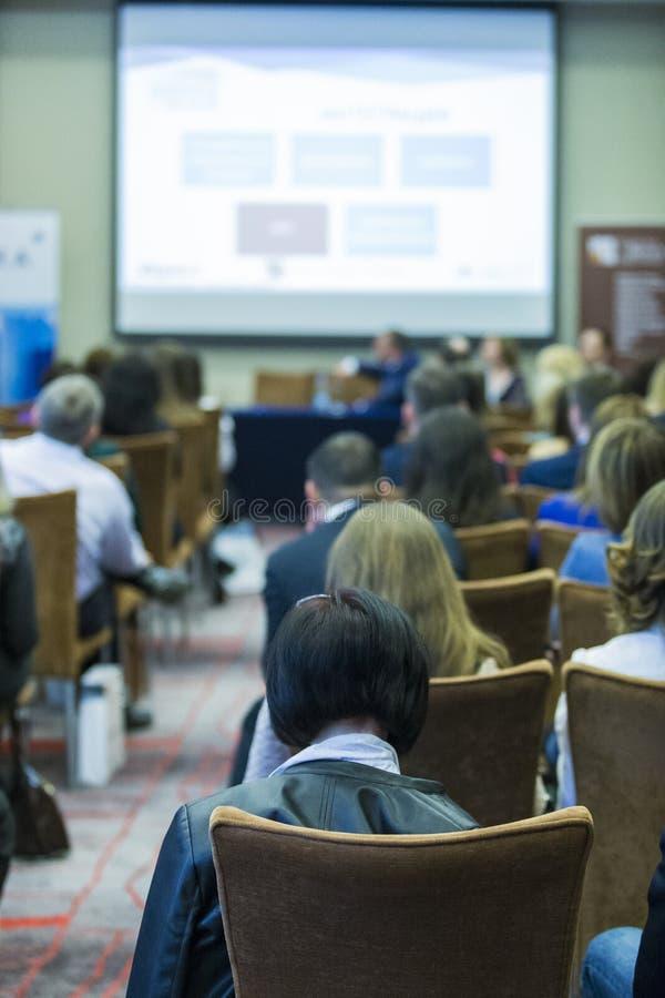 Ideias e conceitos da conferência Lotes dos povos que assistem à conferência do negócio fotografia de stock royalty free