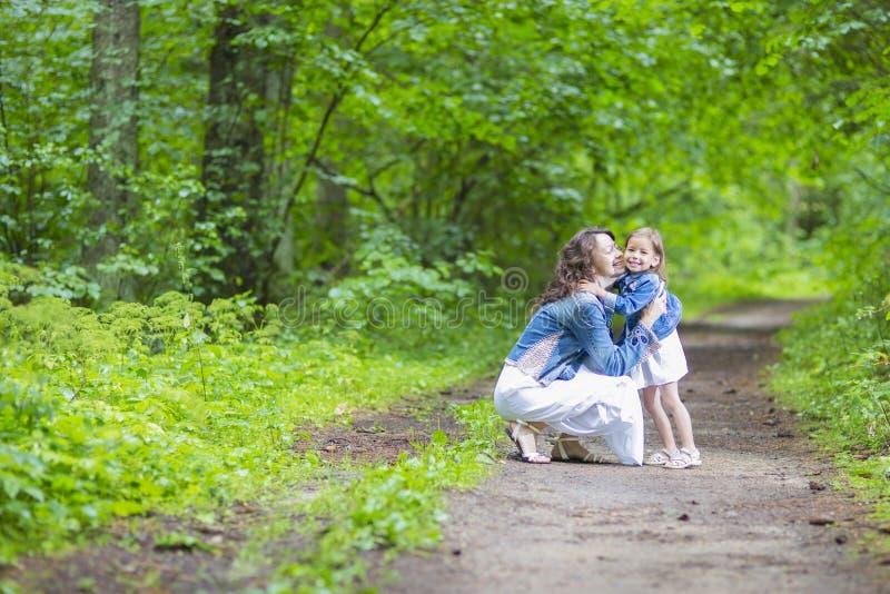 Ideias e conceitos da família Mãe positiva e sua criança caucasiano pequena imagens de stock
