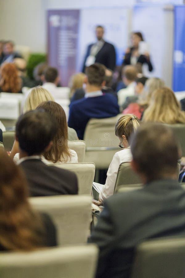 Ideias e conceitos do negócio Povos na conferência de negócio que escutam anfitriões na frente da fase fotos de stock royalty free