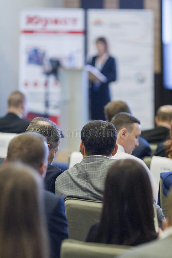 Ideias e conceitos do negócio Povos na conferência de negócio que escutam o anfitrião na frente da fase fotografia de stock