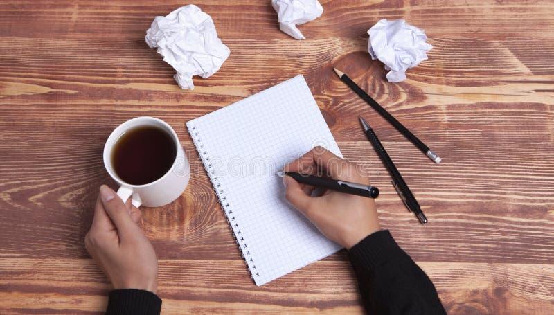 Ideias e inspiração de papel das mãos foto de stock