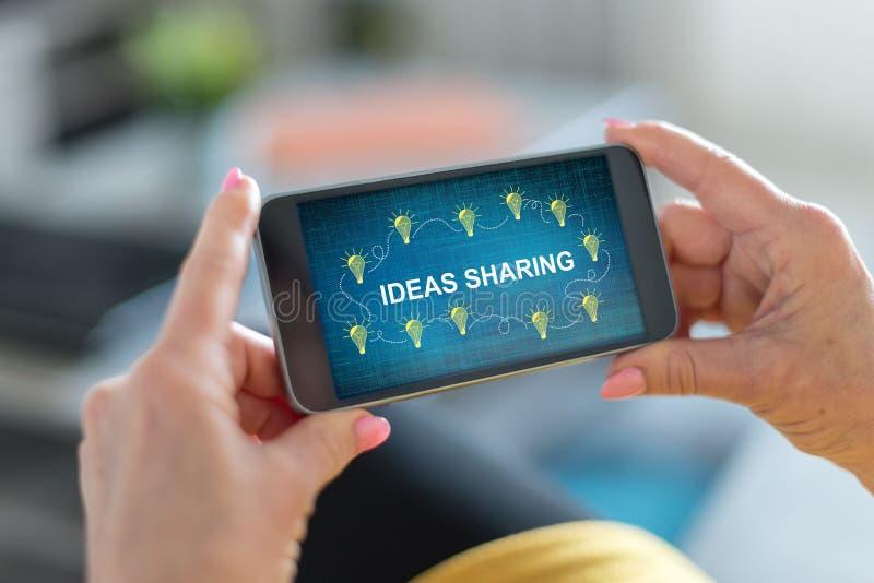 Ideias que compartilham do conceito em um smartphone imagens de stock