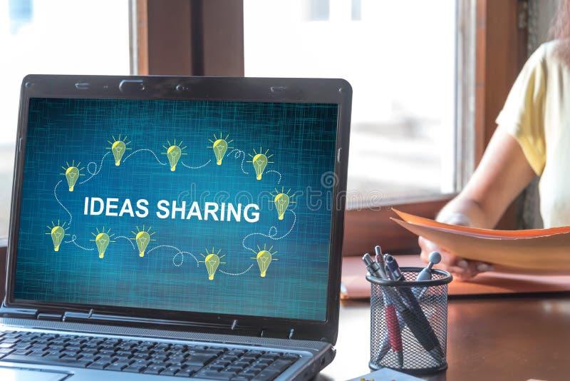 Ideias que compartilham do conceito em uma tela do port?til fotografia de stock