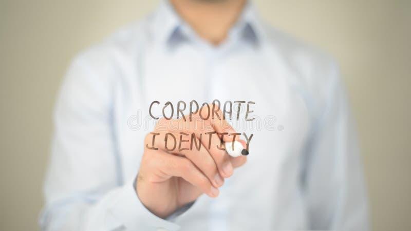 Identidad corporativa, escritura del hombre en la pantalla transparente fotografía de archivo libre de regalías