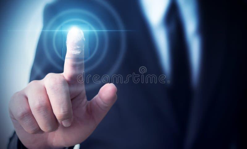 Identidad de la biométrica de la huella dactilar de la exploración de la pantalla táctil del hombre de negocios fotos de archivo