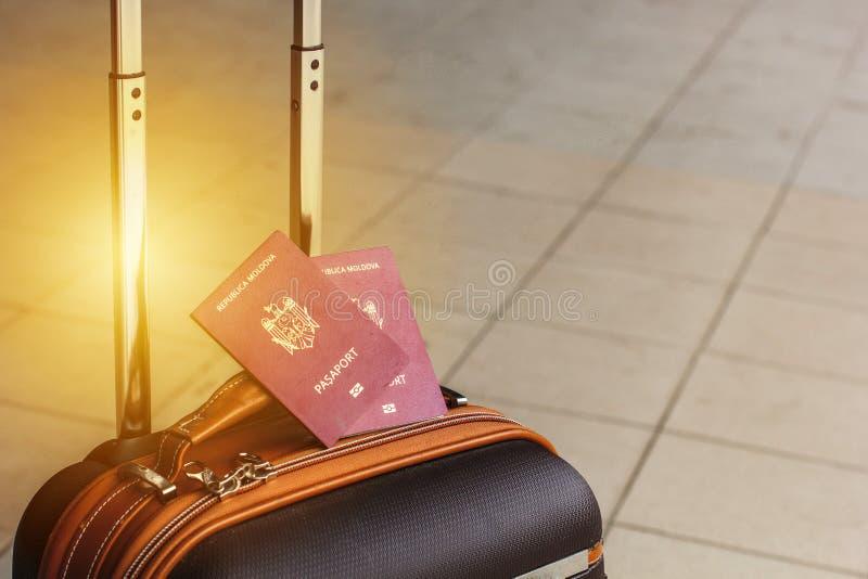 Identificação biométrica Moldavian vermelha do passaporte a viajar a Europa sem vistos O passaporte moderno com microplaqueta ele fotografia de stock