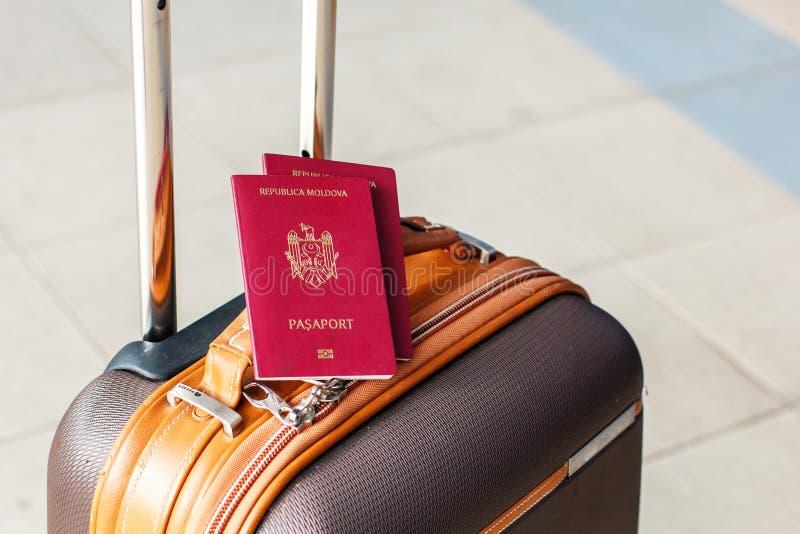 Identificação biométrica Moldavian vermelha do passaporte a viajar a Europa sem vistos O passaporte moderno com microplaqueta ele foto de stock royalty free