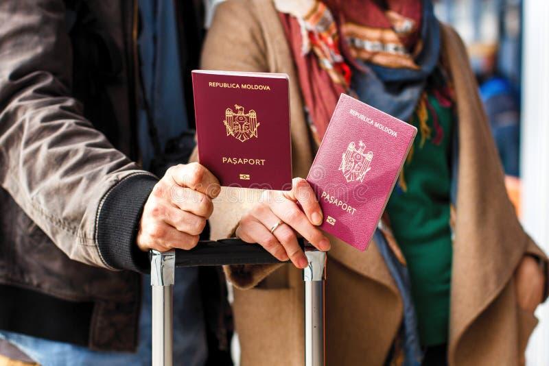 Identificação biométrica Moldavian vermelha do passaporte a viajar a Europa sem vistos O passaporte moderno com microplaqueta ele imagem de stock royalty free