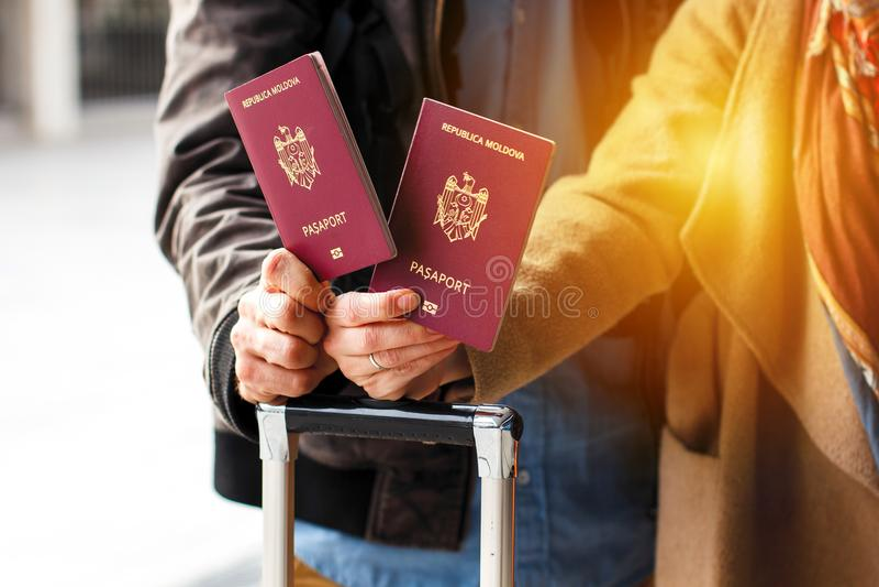 Identificação biométrica Moldavian vermelha do passaporte a viajar a Europa sem vistos O passaporte moderno com microplaqueta ele fotografia de stock royalty free