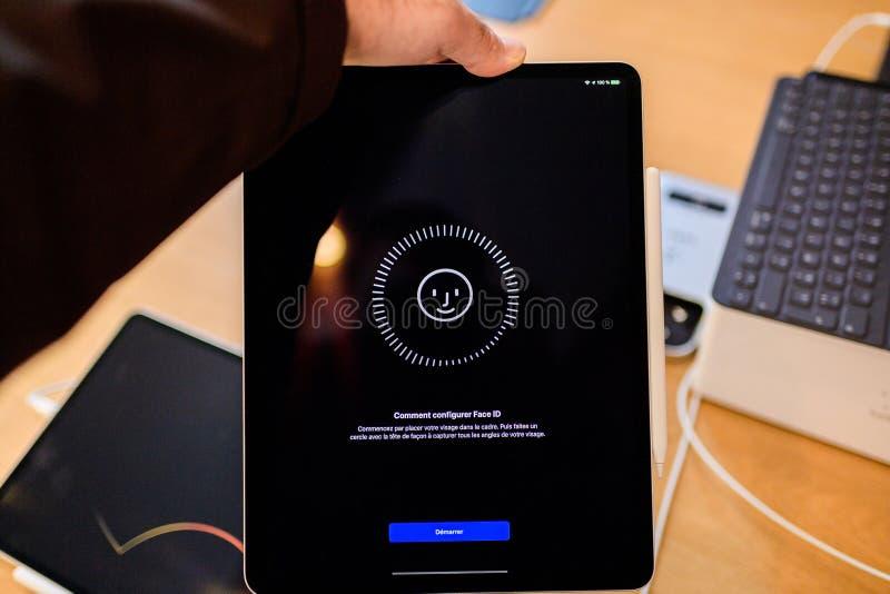 Identificação da cara do ajuste da tabuleta do iPad novo dos Apple Computer pro fotografia de stock royalty free