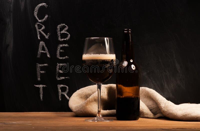 Identificação escura da cerveja do ofício o vidro foto de stock