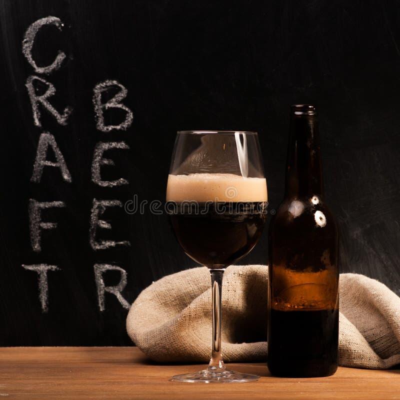 Identificación oscura de la cerveza del arte el vidrio foto de archivo libre de regalías