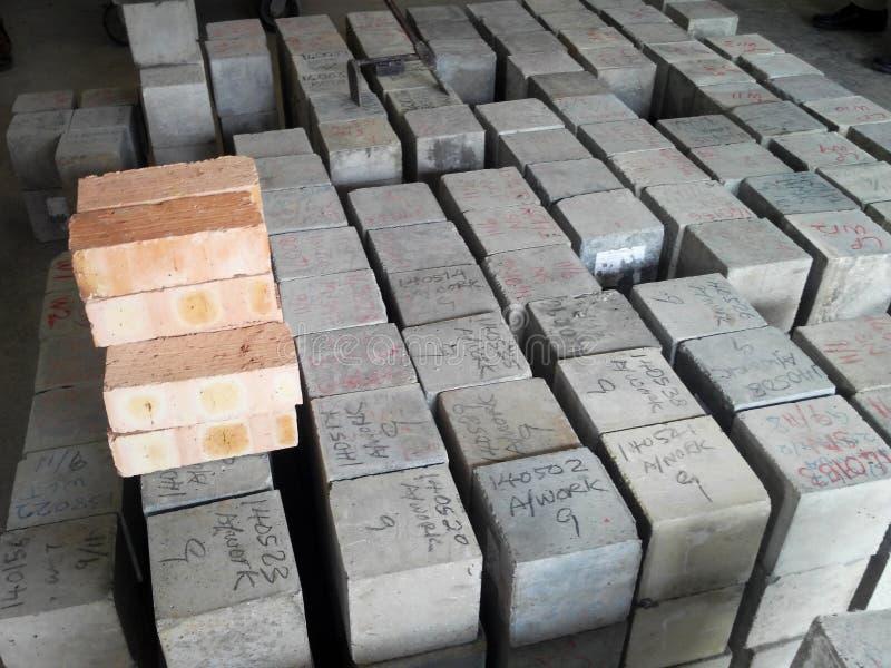 Identificar concreto do cubo e etiquetar antes para continuar por meio do teste de compressão fotos de stock