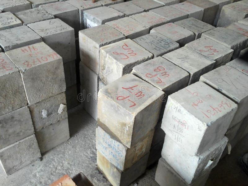 Identificar concreto do cubo e etiquetar antes para continuar por meio do teste de compressão imagens de stock