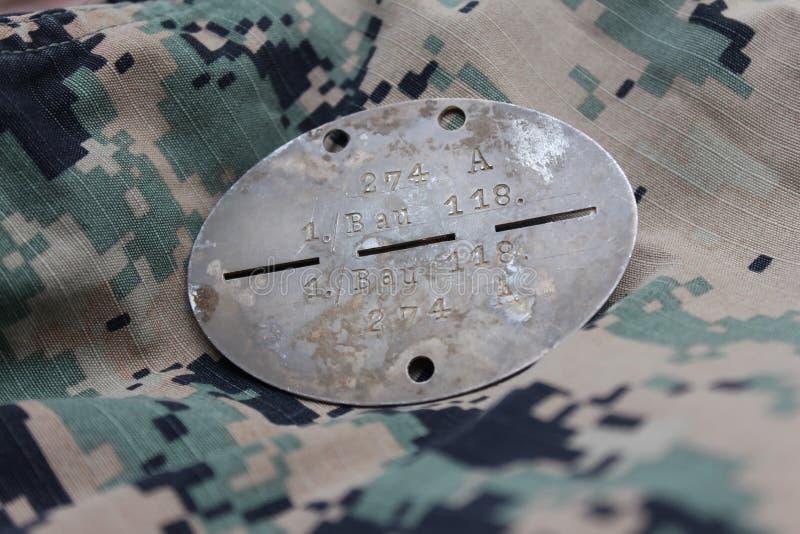 Identification des soldats fascistes de la deuxième guerre mondiale avec des symboles gravés images stock