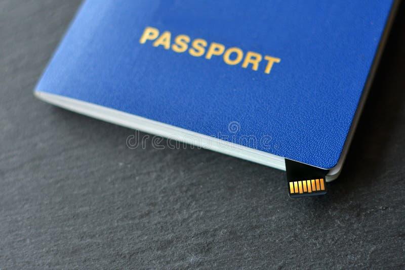 Identificazione del passaporto con un micro chip immagine stock
