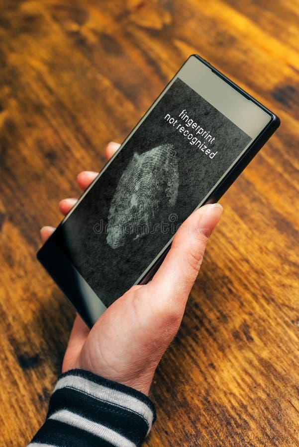 Identifiera med fingeravtryck det inte igenkända meddelandet på mobil smartphoneapparat s fotografering för bildbyråer