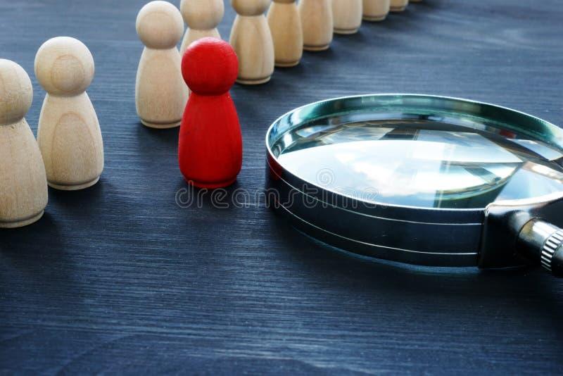 Identifiez le concept Gestion de recrutement et de talent Figurine et loupe rouges photos stock