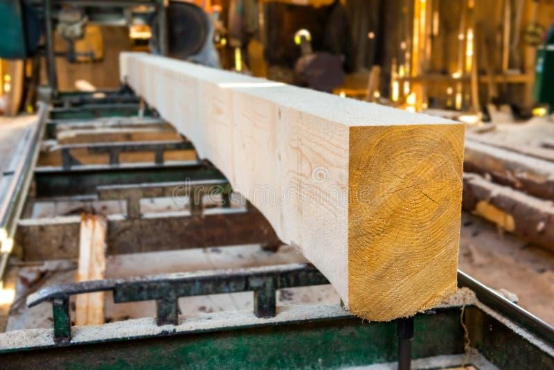 Identifiez-vous l'usine de bois de construction photo libre de droits