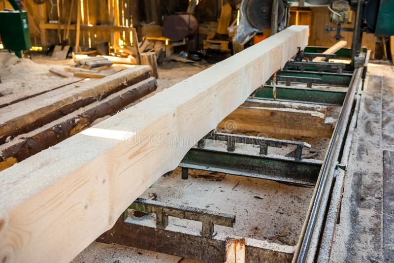 Identifiez-vous l'usine de bois de construction photo stock