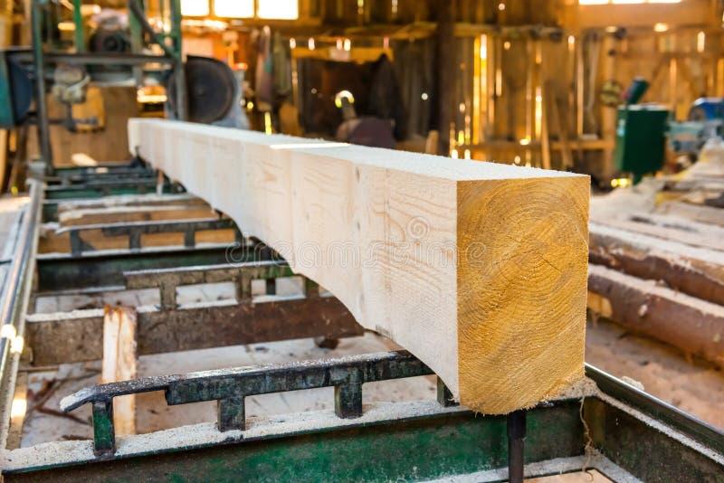 Identifiez-vous l'usine de bois de construction images libres de droits