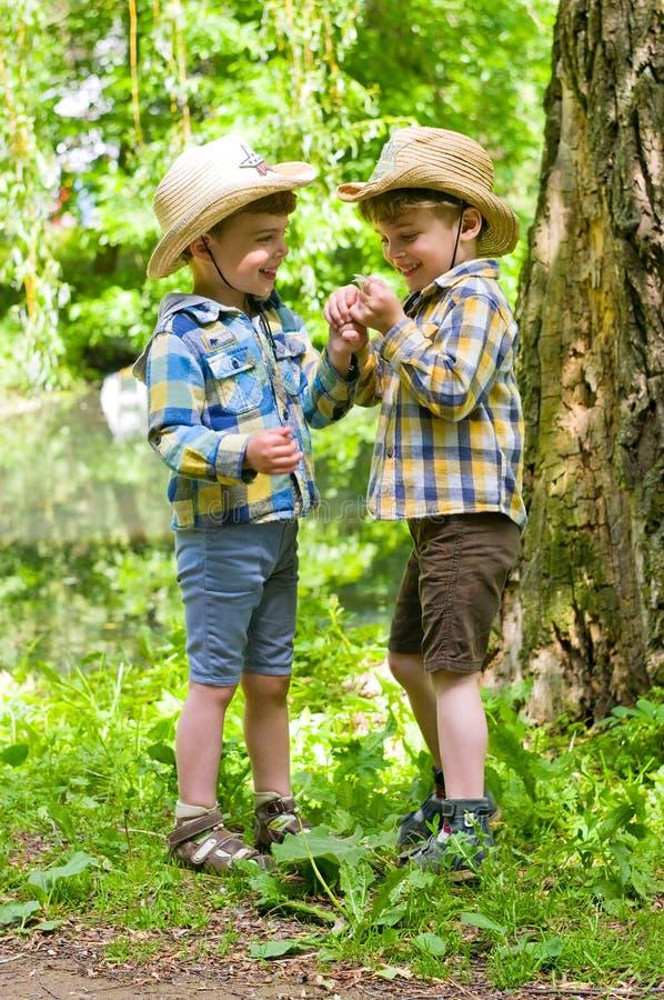 Identiskt kopplar samman i cowboyhattar arkivfoton