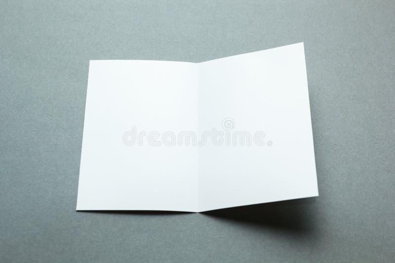 Identitetsdesign, företags mallar, företagsstil, vit hopfällbar pappersreklamblad för mellanrum på grå bakgrund arkivbild