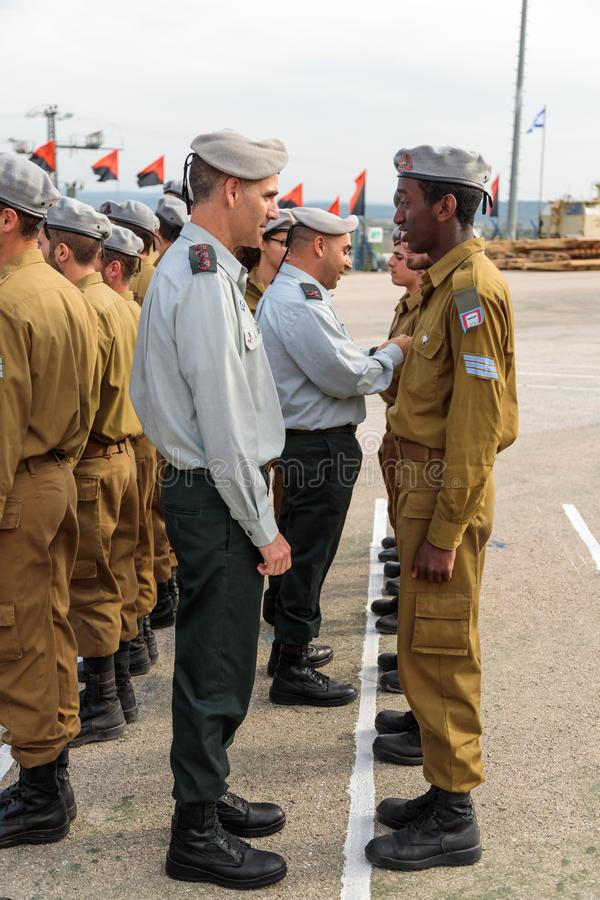 IDF的官员与战士谈话在工程学军团下落的纪念纪念碑的形成时在Mishmar大卫, Israe 免版税库存图片