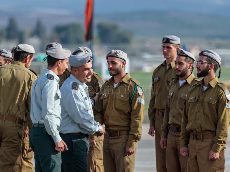 IDF的官员与战士谈话在工程学军团下落的纪念纪念碑的形成时在Mishmar大卫, Israe 免版税库存照片