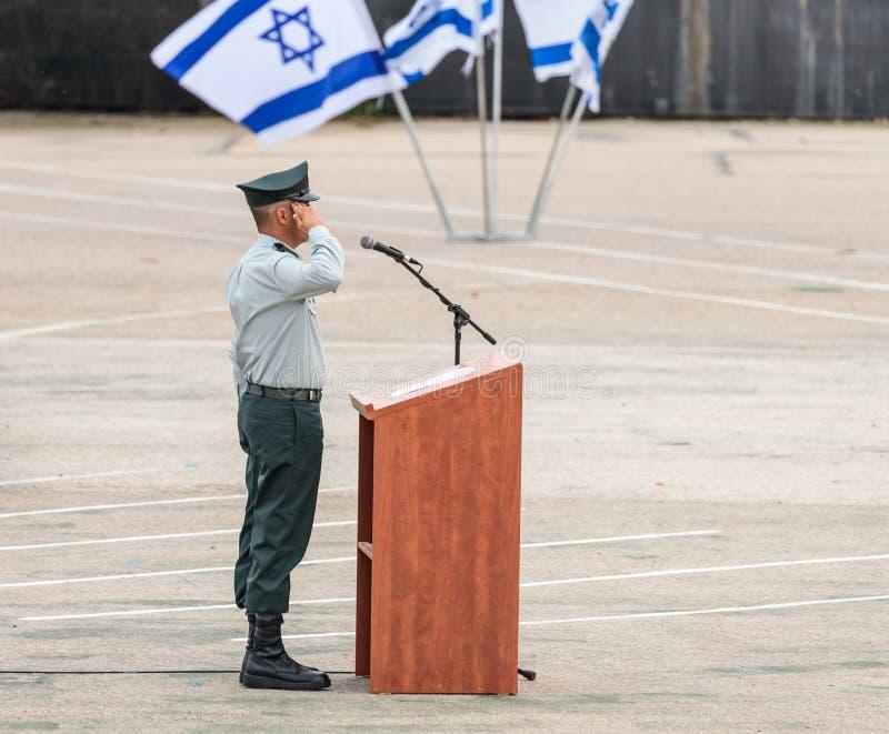 IDF的少尉站立靠近指挥台在工程学军团下落的纪念纪念碑的形成在Mishmar大卫,以色列 库存照片
