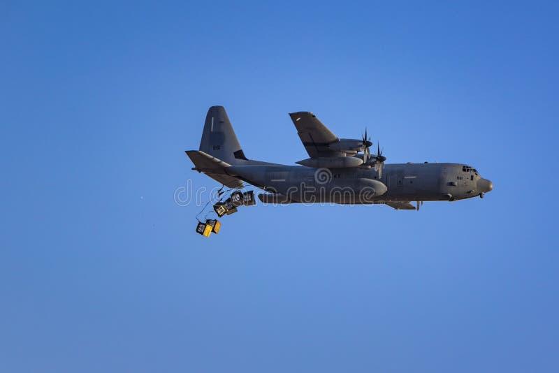 IDF-de dalende levering van hercules van het ladingsvliegtuig stock fotografie