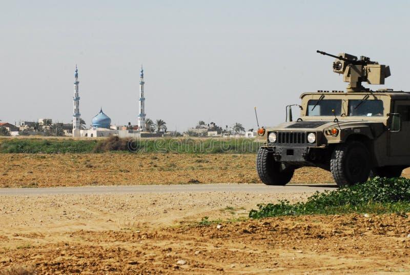 Idf-patrull längs Gazaremsangränsstaketet royaltyfri fotografi