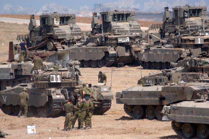 IDF tvingar behållare och beväpnade medel utanför Gazaremsan arkivfoton