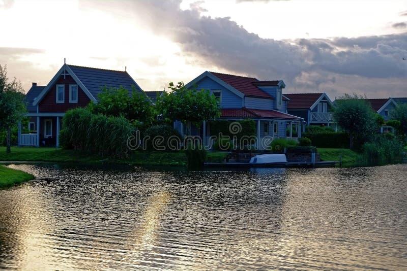 Idilio de la mañana del centro vacacional de la orilla del lago imagenes de archivo