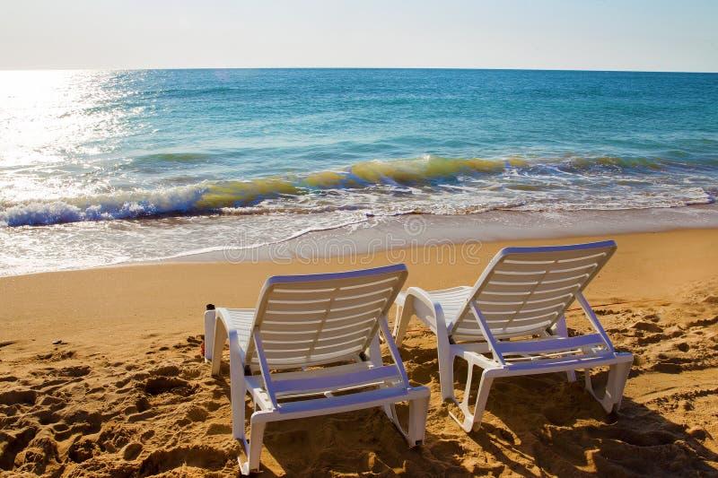 Idillic morze - lato pla?owi dwa krzes?a obraz royalty free