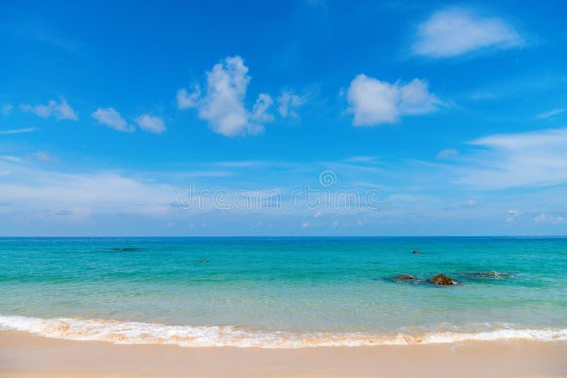 Idillic piaska plaża z spokoju jasnego morzem zdjęcia stock