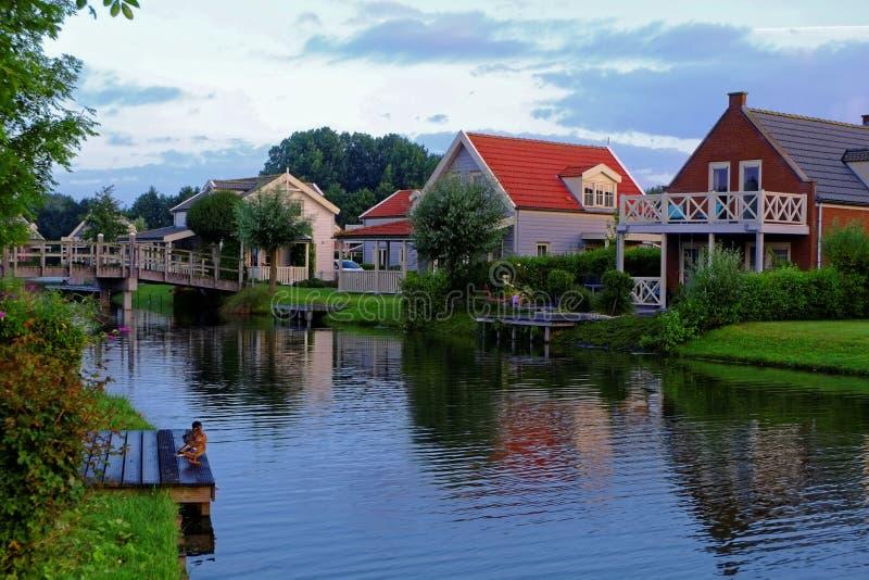 Idillio di mattina delle case delle vacanze di Lakeside fotografia stock